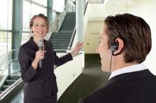 Die Kombination aus Taschensender und Headset oder Hand-Mikrofon bietet maximale Bewegungsfreiheit.